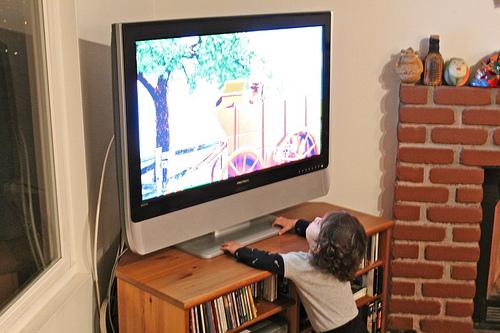Molta tv nell'infanzia e comportamento antisociale nel lungo termine